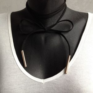 collier cordon suedine et bout metallique